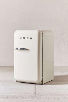 Smegの50年代風ミニ冷蔵庫FAB5白40リットル斜め