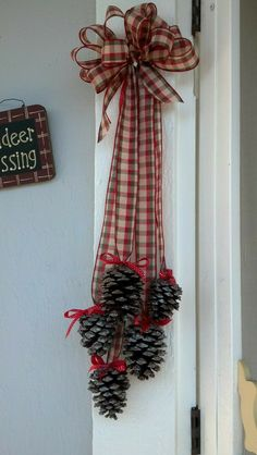 Christmas Pine Cones, Diy Christmas Ornaments, Rustic Christmas, Simple Christmas, Christmas Wreaths, Christmas Christmas, Pinecone Christmas Crafts, Christmas Ideas, Advent Wreaths