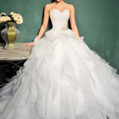 Luce este elegante #vestidodenovia y cautiva todas las miradas en tu gran día!  El corset cubierto delicadamente con un drapeado, comienza con un elegante escote de corazón y termina con un lindo cinto bordado con pedrería fina. Los olanes desvanecidos sobre la falda en corte A  le dan un look muy romántico y tierno al vestido.  (Incluye crinolina y velo corto)  SKU: C292 $ 17,500.00 $ 8,500.00