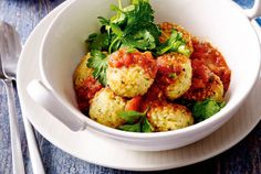 Unser beliebtes Rezept für Bulgurbällchen mit Tomatensoße und Kräutersalat und mehr als 55.000 weitere kostenlose Rezepte auf LECKER.de.