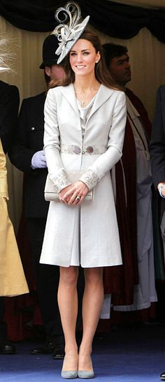Kate Middleton wearing Katherine Hooker Buxton Coat, Rupert Sanderson Malone Grey Suede Pumps, Rachel Trevor-Morgan Gray Feathered Bow Hat, Emmy Carole Clutch and Garrards Jewellers Royal Engagement Ring. Looks Kate Middleton, Estilo Kate Middleton, Princesa Kate, Princesse Kate Middleton, Pantyhosed Legs, Order Of The Garter, Prinz William, Conservative Fashion, Estilo Real