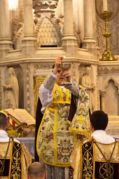 Tridentine Mass (Consecration of the Holy Eucharist)  (via thedoors-thedoors)