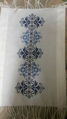 This Pin was discovered by Neş Xmas Cross Stitch, Just Cross Stitch, Cross Stitch Borders, Cross Stitch Kits, Cross Stitch Designs, Cross Stitching, Cross Stitch Patterns, Folk Embroidery, Embroidery Patterns Free
