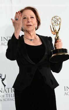 Fernanda Montenegro recebe o Emmy Internacional de melhor atriz.