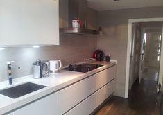 Si por algo se caracterizan nuestras cocinas es por su sencillez y, a su vez, estilo actual. Espacios de líneas rectas que consiguen crear un ambiente cálido y acogedor en tu hogar. Si estás pensando hacer un cambio en la tuya, cuenta con nosotros ;)    ☎ 93 799 99 95 - http://qoo.ly/n9vm5