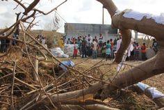 Haitianos esperan cerca de un centro de distribución de alimentos tras el paso del huracán Matthew, en Jeremie, Haití. Visite nuestra página y sea parte de nuestra conversación: http://www.namnewsnetwork.org/v3/spanish/index.php #nnn #bernama #malasia #malaysia #haiti #huracan #matthew #devastacion #noticias #aid #ayuda #news #noticias