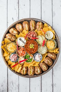 A delicious Baked Potato Dinner Board with all your favorite toppings perfect for a casual party! Serve a hot bowl of chili in the center! Charcuterie Recipes, Charcuterie And Cheese Board, Russet Potato Recipes, Baked Potato Bar, Baked Potatoes, Chili Toppings, Party Food Platters, Party Food Buffet, Potato Dinner
