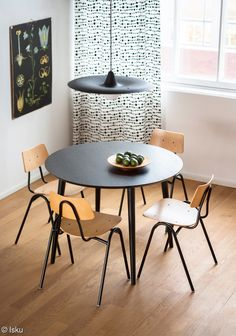 Aino-ruokapöytä toimii erinomaisesti myös esimerkiksi toisen klassikkotutoteen Tuoli 50:n kanssa. Dining Area, Kitchen Dining, Dining Chairs, Dining Table, Industrial Scandinavian, Nordic Design, Minimalist Home, Midcentury Modern, Decoration