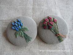 작은 동그라미 안의 장미다발 천연염색 광목에장미꽃봉오리 수놓아 브로치를 만들었습니다.  &#652...