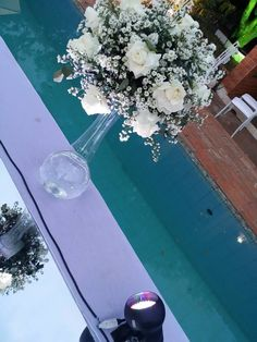 plataforma espelhada sobre a piscina