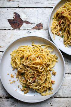 Kochen Sie Spaghetti al dente. In der Zwischenzeit rösten sie grobes Paniermehl (selbst gemachtes oder vom Bäcker) mit 1–2 sehr fein gehackten Knoblauchzehen und 1/2 Peperoncino bis der Knoblauch duftet. Nun mischen Sie die nicht ganz abgetropften Spaghetti mit einer guten Portion Tapenade und geben das Paniermehl mit ein wenig geriebenem Käse darüber.