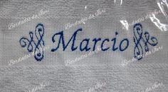 Toalha social Marcio. Arabescos laterais e nome na cor azul. Temos outras fontes de letras à sua escolha.Criação Bordados da Iuri.