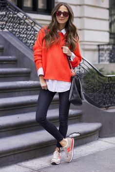 Oversized sweater over white shirt and skinny jeans.