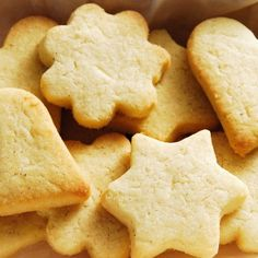 I love butter cookies! You can make them into any shape and they taste really delicious! A simple recipe for beginners and even those ones who are have more experience probably also like a cookies to snack on! Shortbread Biscuits, Shortbread Recipes, Cookie Recipes, Snack Recipes, Dessert Recipes, Snacks, Kolaci I Torte, Rolled Sugar Cookies, Cream Cookies