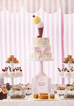 cute theme for a kid's party- ice cream and cupcakes! Ice Cream Cone Cake, Ice Cream Theme, Ice Cream Parlor, Fiesta Party, Dessert Buffet, Dessert Bars, Dessert Tables, Cupcakes, Teenager Party