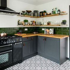Kitchen makeover with dark grey units, palm print wallpaper and green accents Kitchen Remodel Small, Kitchen Wallpaper, Dark Green Kitchen, Grey Kitchen Designs, Kitchen Plans, Kitchen Interior, Retro Kitchen, Kitchen Style, Kitchen Makeover