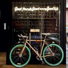 """Bicicleta vintage, na frase: """"Bons amigos, bons vinhos, boa vida"""". ▫ by Mônica Wipfli ▫ by  Marco Antônio"""
