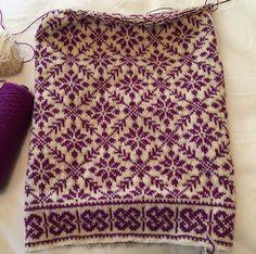 Ravelry: soxnsox& Shawl in plum on cream - Knitwear . - Ravelry: soxnsox& Shawl in plum on cream – Knitwear - Fair Isle Knitting Patterns, Fair Isle Pattern, Knitting Charts, Knitting Stitches, Knitting Designs, Knit Patterns, Free Knitting, Sock Knitting, Knitting Tutorials