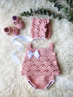 Newborn Crochet Set Best Picture For crochet lace For Your Taste You are looking for something, and it is going to tell you exactly what. Baby Girl Crochet, Crochet Baby Clothes, Newborn Crochet, Crochet For Kids, Knit Crochet, Baby Knitting Patterns, Baby Patterns, Crochet Patterns, Baby Set