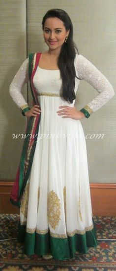 Here is Sonakshi Sinha promoting Son of Sardaar. The movie also stars Ajay Devgn, Juhi Chawla & Sanjay Dutt and is set for a Diwali release. Punjabi Fashion, India Fashion, Bollywood Fashion, Asian Fashion, Sonakshi Sinha, Indian Attire, Indian Ethnic Wear, Indian Style, Pakistani Outfits