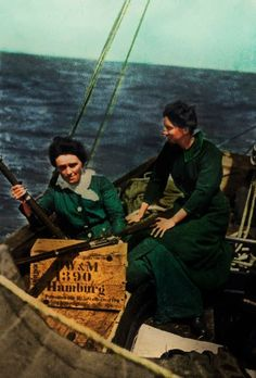 On board the Asgard, Molly Childers and Mary Spring Rice, pose with some of the 900 Mauser Riffles brought over from Germany, during the Howth Gun Running, 26 July 1914. Many women revolutionaries played a pivotal role during the uprising, and had it not been for their heroic efforts, the revolution might not have gone ahead as planned. Republic Of Ireland, The Republic, Roisin Dubh, Ireland 1916, Irish Independence, Easter Rising, Irish Warrior, Ireland Homes, Free State