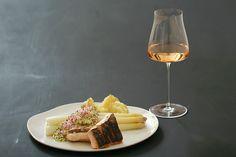 Gedämpfter weißer Spargel mit Bozner Sauce und auf der Haut gebratener Lachsforelle, Rosé | Arthurs Tochter kocht. von Astrid Paul