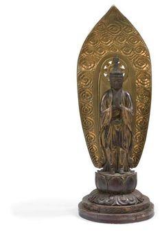 JAPON - XIXe siècle Statuette de Kannon en bois laqué or, debout sur un socle en forme de lotus, devant une mandorle ornée de nuages, les mains en namaskara mudra, la coiffe surmontée d'une tête de bouddha. (Accidents, restaurations). Hauteur : 75 cm