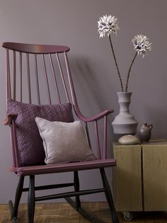 New Traditionals dimago® verf #paint. Color rocking chair: Plum and color on the wall: High tea www.dimago.nl #purple #verf #kleur
