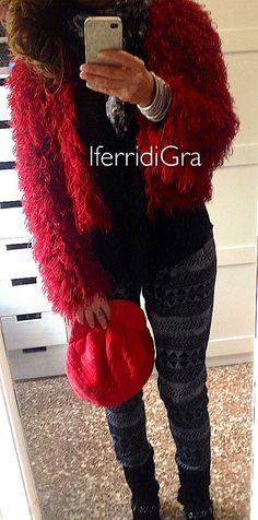 Ieri il gilet oggi il giubbino pellicciotto lana rosso bordeaux . Leggero come una nuvola, caldo come un abbraccio! Un tocco di colore su un outfit nero ! www.iferridiGra.it