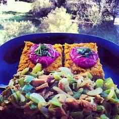 Pastel de quinoa e altramuces,crema de remolacha e salteado de pementos con tempeh de garavanzos #vegan #veganfood #veganfoodporn #veganfoodshare #whatveganseat #plantbased #plantstrong #instafood #Padgram