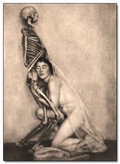 This 1922 photo by German photographer Franz Fiedler was part of a necromancy-themed series called Fool Death, My Playmate. woman with skeleton - vintage photography / strange weird creepy Vintage Bizarre, Creepy Vintage, Vanitas, Memento Mori, Weird Old Photos, Creepy Old Pictures, Dance Of Death, Danse Macabre, Mystique
