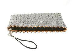 Stor clutchveske med strekkoder flettet av resirkulert emballasje. Bags, Fashion, Handbags, Moda, Fashion Styles, Totes, Lv Bags, Hand Bags, Fashion Illustrations