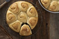 Soft spirals of buttery roll with mild sourdough tang.--Note tip to use discard the is at least 1 week old Sourdough Bun Recipe, Sourdough Bread, Amish Bread, Buttery Rolls, Roi Arthur, Dough Ingredients, Flour Recipes, Bread Recipes, Starter Recipes