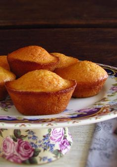 We suggest these butter lemon muffins for a snack with friends! They are fluffy, very tasty, have excellent presentation and are perfect to serve. Lemon Recipes, Baking Recipes, Sweet Recipes, Cake Recipes, Tea Recipes, Mini Desserts, Delicious Desserts, Portuguese Desserts, Sweet Butter