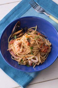 Spaghetti allo scoglio: un primo piatto di mare profumatissimo e gustoso che racchiude i veri sapori e aromi del mediterraneo.  [Seafood spaghetti - pasta]