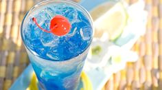 10 PERFECT alcohol-free cocktail recipes to cool off this summer! - Who said that you absolutely need alcohol to make awesome and gourmet cocktails? Blue Cocktails, Spring Cocktails, Refreshing Cocktails, Summer Drinks, Blue Lagoon Cocktail, Cocktail Bleu, Cocktail Maker, Easy Alcoholic Drinks, Fun Drinks