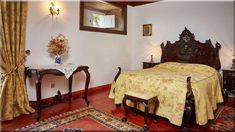 hálószoba tele antik bútorral - Luxuslakások, házak