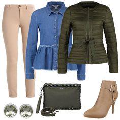 Outfit composto dalla camicia in jeans con taglio a peplo, abbinata al pantalone beige e al piumino verde militare che riprende il taglio della camicia. Completano i tronchetti beige, la pochette con tracolla verde militare e gli orecchini verdi.