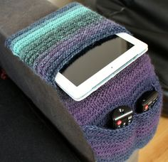 Knitting Pattern for Armchair Remote Control Caddy - This organizer is very easy and suitable for beginners according to the designer. ideas for beginners Beginner Knitting Patterns, Knitting Blogs, Knitting For Beginners, Loom Knitting, Free Knitting, Knitting Projects, Crochet Projects, Crochet Patterns, Knitting Ideas