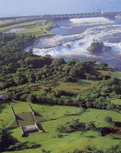 Parque La Llovizna, Puerto Ordaz,Venezuela. Cabe destacar que el muro de atrás es la hidroeléctrica macagua, y que lo azul mas al fondo, es mas agua.