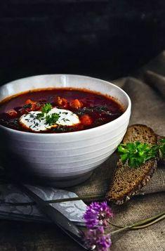 Venäläiset perinneherkut, kaalikääryleet ja borssikeitto, maistuvat takuulla myös suomalaisessa kodeissa. Chili, Food And Drink, Tableware, Recipes, Soups, Waiting, Dinnerware, Chile, Chilis