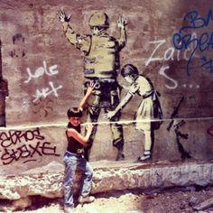 des enfants en train d'interpeller un soldat