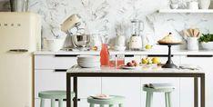 Los azulejos y la pintura se han jubilado, pero no te preocupes... ¡los papeles pintados toman el relevo! Cuando pensamos en la pared de una cocina siempre tendemos a imaginar una hilera de azulejos, o un bloque de color liso, pero de la misma forma que los tiempos cambian, también lo hace la forma de decorar los espacios.Nuestra propuesta de hoy se basa en utilizar papeles pintados de distintos estilos y estampados para llenar de vida las cocinas de manera sencilla, sin necesidad de… Kitchen Styling, Kitchens, Make Envelopes, Wall Papers, Thinking About You, Paper Envelopes