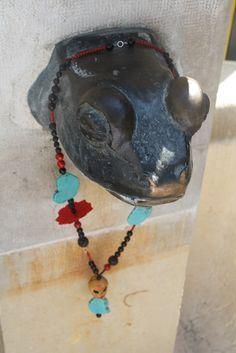 """Sautoir """"Frida"""", autour du cou de la grenouille de la fontaine du Molard"""