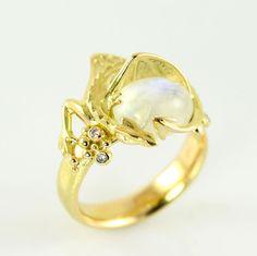 La Piedra del Arca  La Tierra Media de El Hobbit (J.R.R. Tolkien) inspira este bellísimo y atractivo anillo. Es una gran joya blanca hallada en Erebor, que formaba parte del tesoro de los Reyes, pero quedó allí cuando Smaug expulsó a los Enanos.