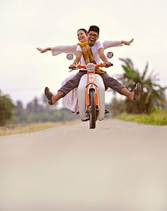 There are some tips for couple who& want to do a pre wedding photo shoot : Pre Wedding Poses, Pre Wedding Shoot Ideas, Wedding Couple Poses, Pre Wedding Photoshoot, Wedding Pics, Wedding Flowers, Couple Photoshoot Poses, Couple Photography Poses, Bridal Photography