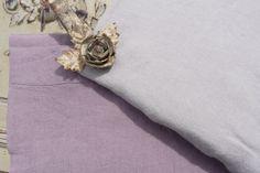 Chemin de table lin lavé Figue souris Une qualité exceptionnelle pour cette superbe nappe en lin lavé épais de coloris gris clair. Elle s'accordera avec toutes vos vaisselles et vos mises en scène, pourquoi pas en y associant vos chemins de tables. C'est le basique qu'il vous faut !  100% pur lin naturel lavé.  Existe également en chemin de table en grande dimension 45x200 cm  Dimensions 170x250 cm sur www.lemondederose.com