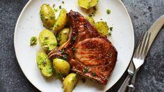 Vepřová kotleta patří mezi velmi oblíbené kusy masa. Grill Pan, Steak, Grilling, Chicken, Kitchen, Respect, Griddle Pan, Cooking, Kitchens
