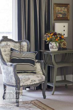 Paris Noir breed 140 cm 100% Katoen Patroonherhaling 24 cm Bijpassende kleuren Old Ochre en Emperor Silk