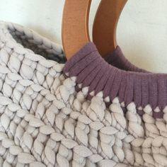 Borsa alluncinetto con manici in legno. Viola e grigio chiaro. Filati 100% cotone. Larghezza: 43 cm Altezza: 27 cm